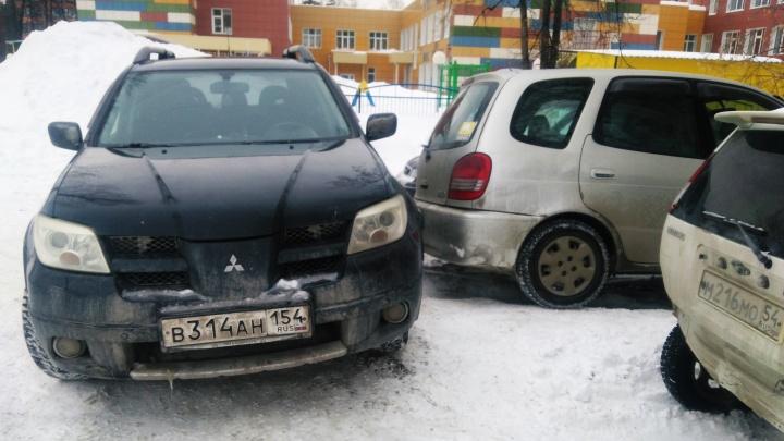 Чудаки недели: как «яжемать» перекрыла выезд у детсада в Новосибирске другим матерям