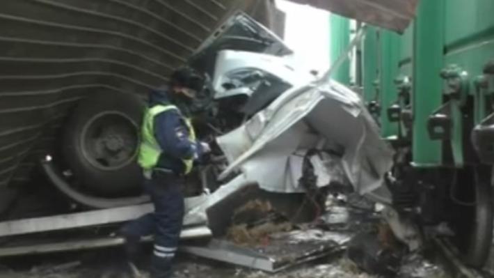 В ДТП на железнодорожном переезде в Омске погибли осужденный и водитель колонии
