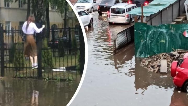 Пешеходы повисли на заборах: Ярославль затопило после 30-минутного ливня. Фоторепортаж