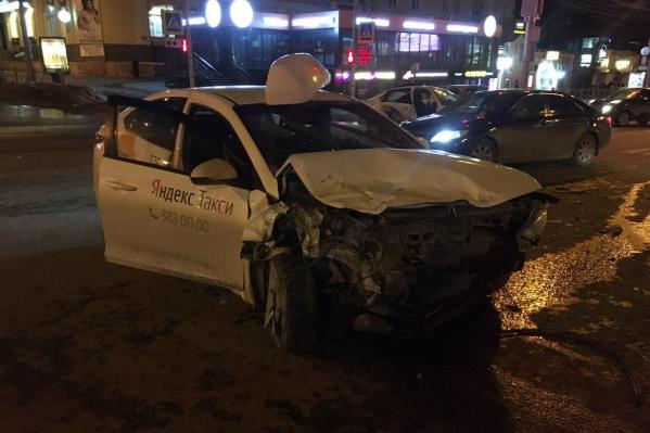 Оба автомобиля получили серьёзные повреждения
