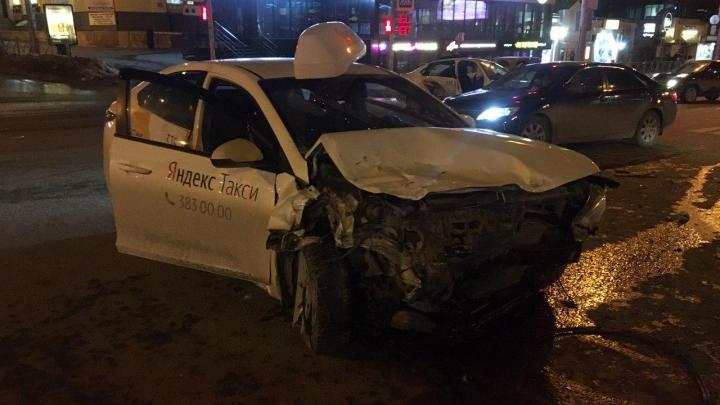В центре Новосибирска столкнулись два такси — есть пострадавшие