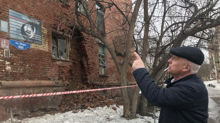 «Я боюсь очень. Мне некуда идти»: в Нефтяниках начала рушиться стена общежития