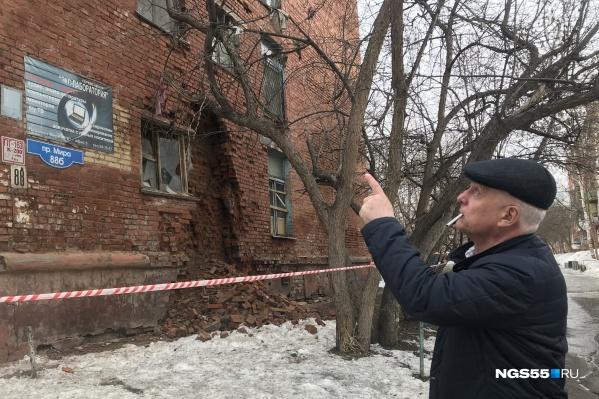 Некоторые омичи были очень удивлены, когда увидели стену общежития