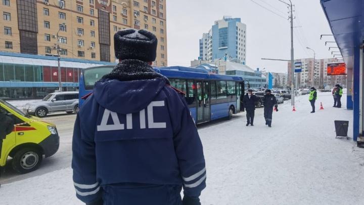 В Сургуте пенсионерка погибла под колесами автобуса на остановке