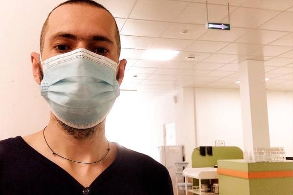 Денис Сандрак лежит в инфекционном отделении уже неделю. Медик ведет личный дневник
