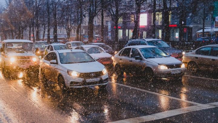 Водителей предупредили о гололедице на дорогах в Прикамье