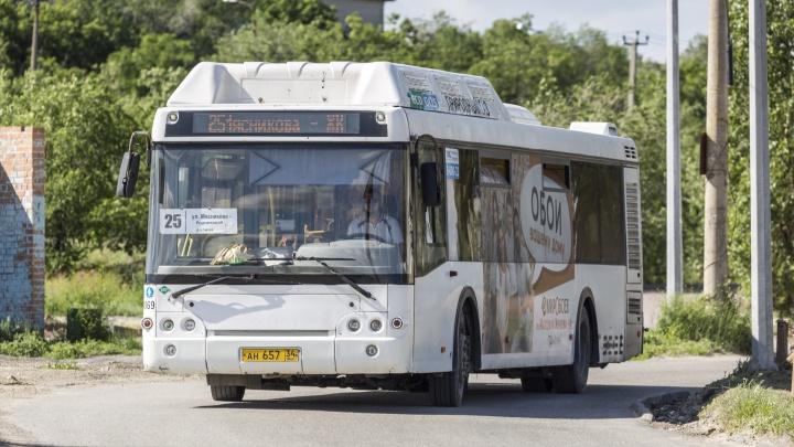 «Для меня каждая поездка как дорога через ад»: волгоградцы жалуются на жару и обмороки в раскаленных автобусах