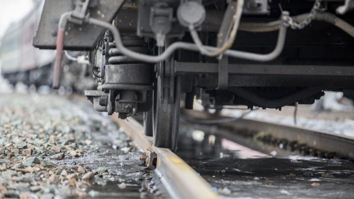 В Новосибирской области поезд столкнулся с легковушкой на железнодорожных путях