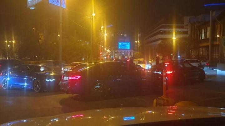 «Их разворачивало, больше 100 км/ч ехали»: в центре Екатеринбурга устроили опасный ночной дрифт