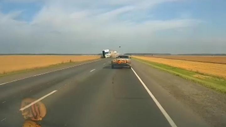 На трассе Екатеринбург — Тюмень водитель легковушки лоб в лоб протаранил КАМАЗ: видео
