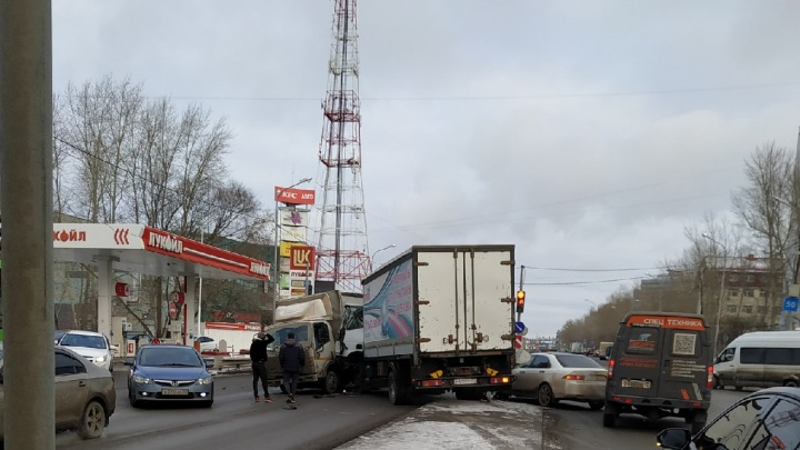 Водитель иномарки спровоцировал на Пермякова массовое ДТП. Он решил развернуться там, где нельзя