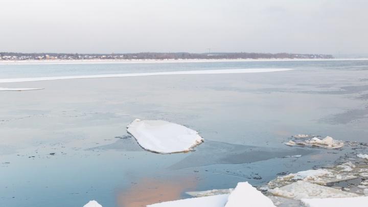 На Каме с оторвавшейся льдины спасли мужчину с мотоциклом