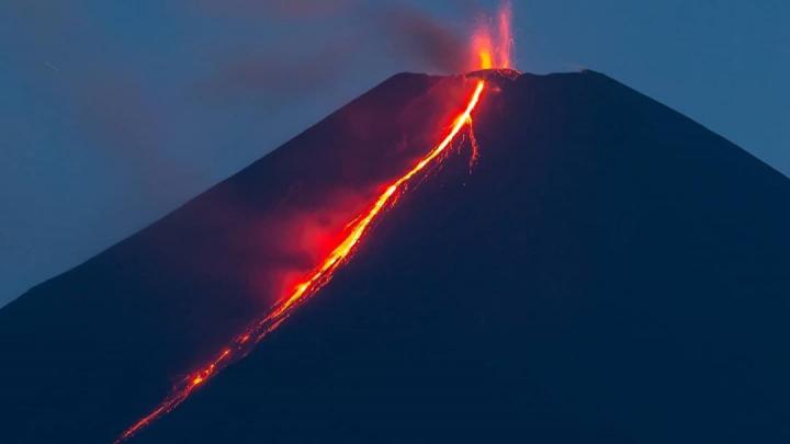 Новосибирский фотограф снял извержение самого высокого вулкана на Камчатке