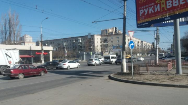 На оживленном перекрестке в центре Волгограда до конца рабочего дня отключили светофоры