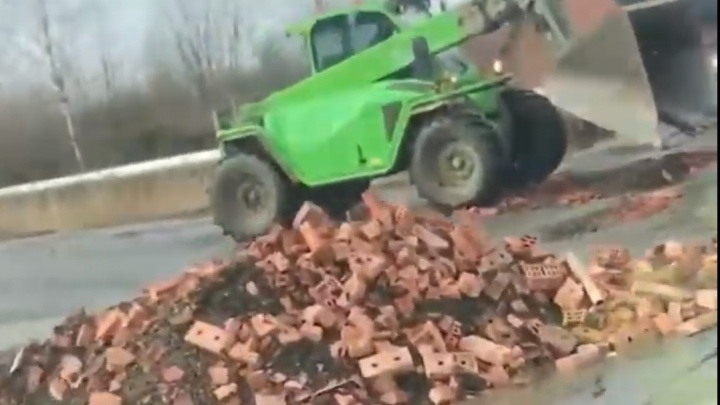 «Европа в шоке от такого»: в Ярославле ямы на дороге залатали кирпичами