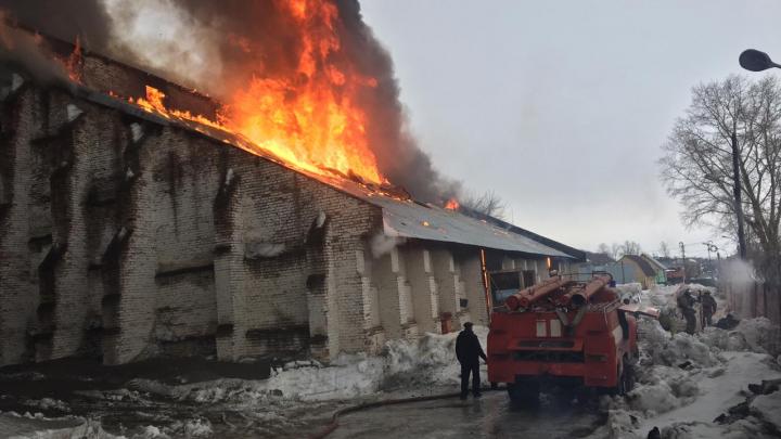 В Башкирии горит склад зерна