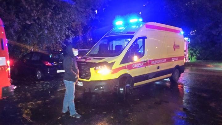 В пожаре на ВИЗе погибла женщина. Спасатели вытащили еще 10 человек