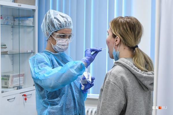 Чтобы выявить вирус, у больных берут мазок из горла