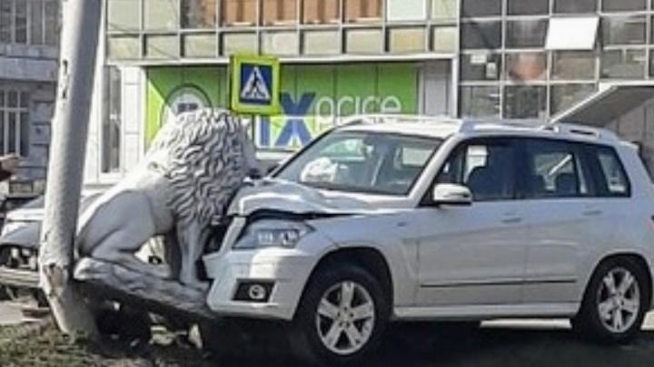 В Батайске «Мерседес» сбил бетонного льва