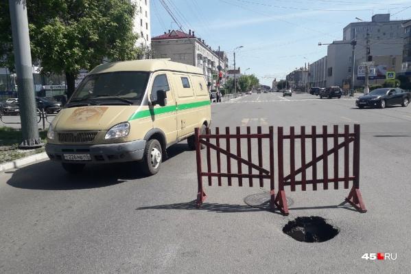 Из-за провала на улице Пролетарской автомобилистам приходится пользоваться всего одной полосой правого ряда