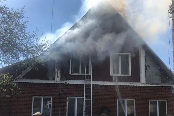 Дом загорелся во второй половине дня