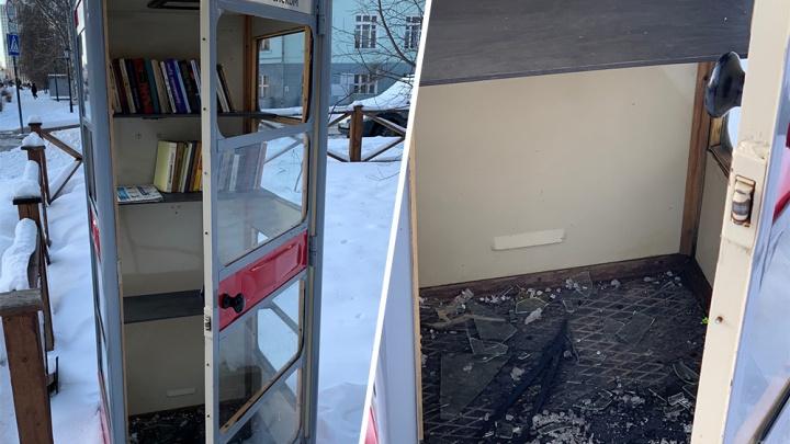 Фотофакт: книжной будке в Архангельске разбили «лицо»