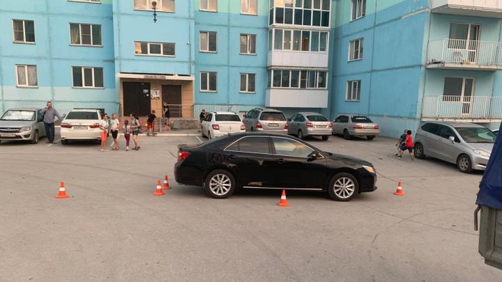 Водитель Toyota Camry сбил во дворе 5-летнюю девочку на самокате