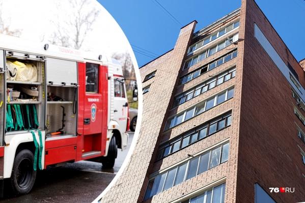 На 7-м этаже в доме на улице Доронина в Ярославле загорелся балкон
