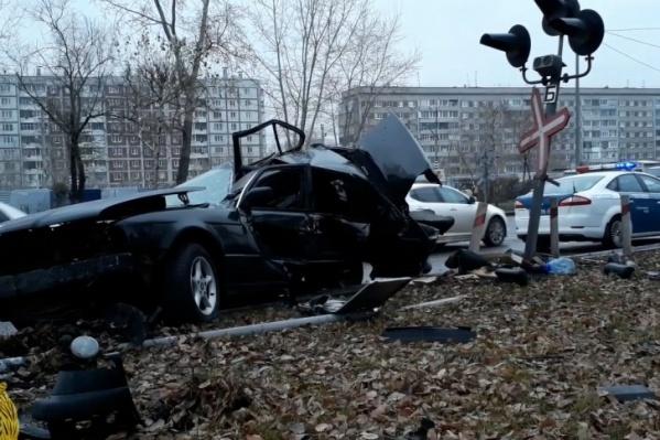 Машина двигалась с такой скоростью, что при столкновении её практически разорвало