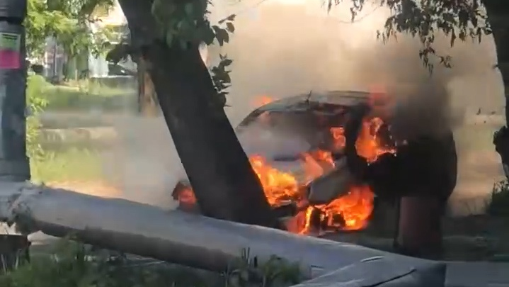 «Девушка еле успела выскочить»: в челябинском дворе сгорело такси