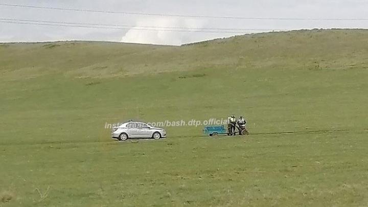 Гаишники Башкирии остановили дедушку на мотоблоке в чистом поле, ситуация вызвала у людей возмущение