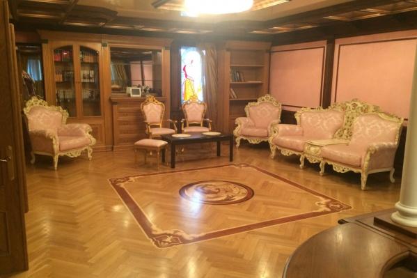 В квартире сделан ремонт по роскошному дизайн-проекту, все из дерева