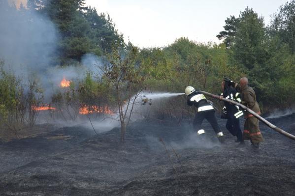 Пожарных доставили на вертолете