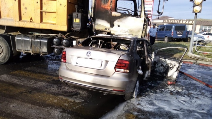 В столкновении грузовика и легковушки в Челябинской области погибли двое взрослых и ребёнок