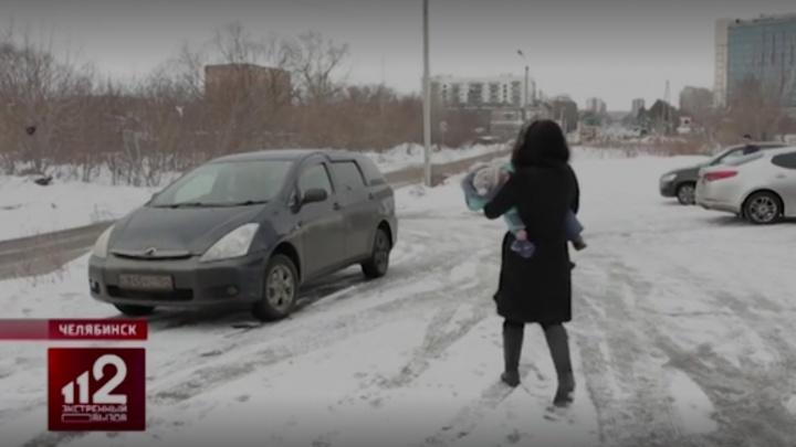 В полиции Челябинска оценили действия сотрудников, эвакуировавших машину с ребёнком внутри