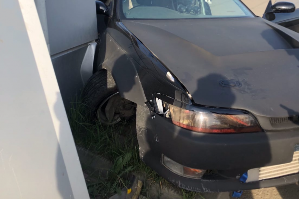 Машина врезалась в стену развлекательного комплекса