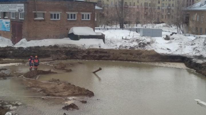 Котлован будущей школы превратился в бассейн: прорвало трубу, которой не было на карте