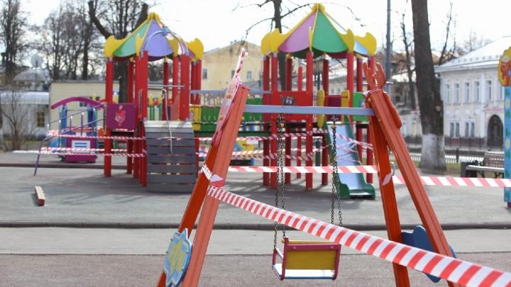В Ярославле детские площадки обмотали сигнальными лентами