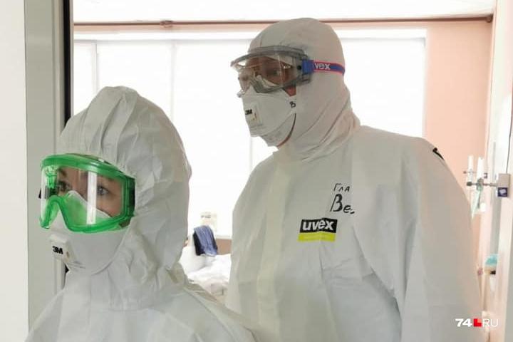 Ирина Гехт и Михаил Вербитский (главврач ОКБ № 3) во время посещения «красной» зоны ковидного госпиталя
