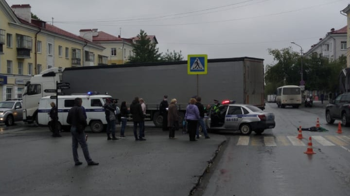 Залетел под кабину: появилось видео ДТП в Первоуральске, где грузовик насмерть сбил ребенка