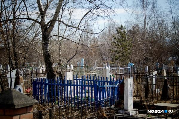 Работники кладбищ готовы бесплатно привести могилы в порядок. Для этого нужно позвонить по телефону219–33–44