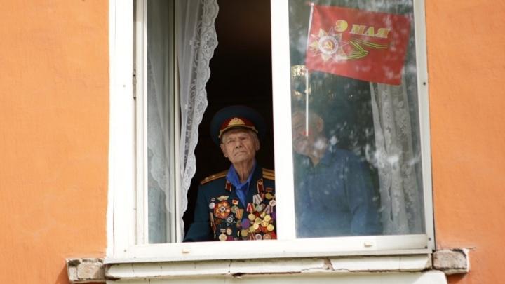 Военные поздравили 95-летнего экс-начальника своего штаба парадом под его окнами