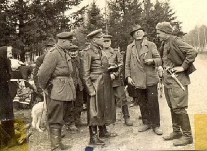 Здесь Степаненко — на переднем плане слева, встречается с «немецкими товарищами»