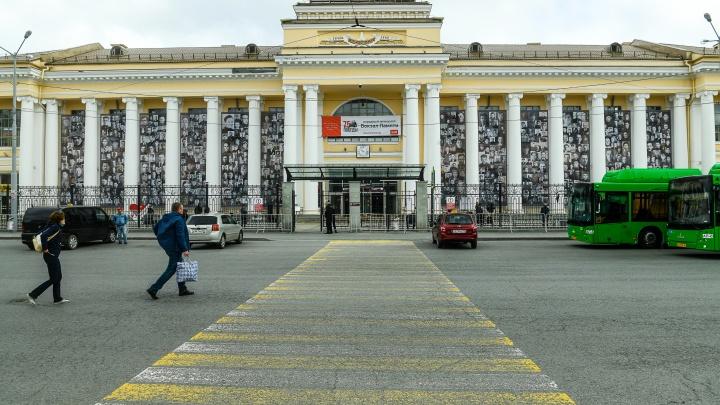 Здание железнодорожного вокзала в Екатеринбурге завесили огромными портретами ветеранов