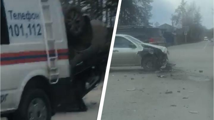 На Сибирском тракте столкнулись три машины, одна перевернулась