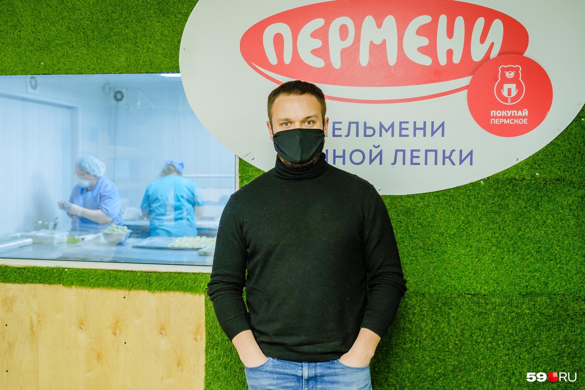 Евгений тоже в маске — в период пандемии без защиты в цех не заходит никто