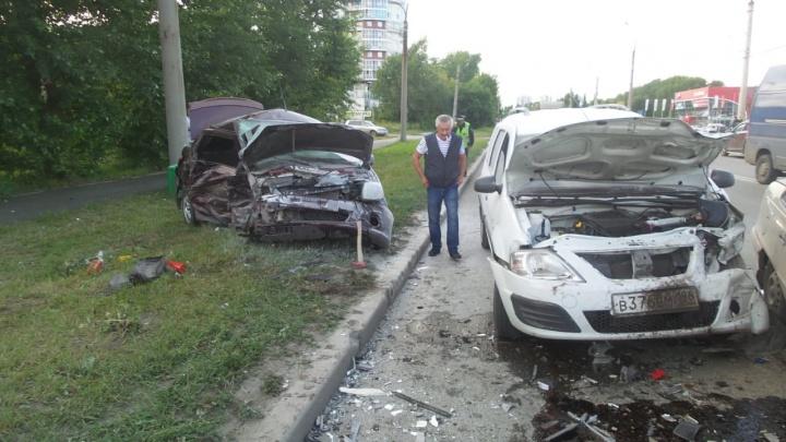 На Щербакова лихач на Granta устроил ДТП с тремя машинами и в тяжёлом состоянии попал в больницу