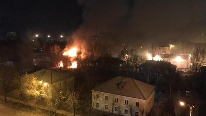 «Уже весь сгорел, скоро рухнет»: на Эльмаше огонь уничтожил двухэтажный барак