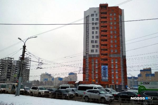 Слева от нового дома стоит еще один долгострой — компании «Конто»