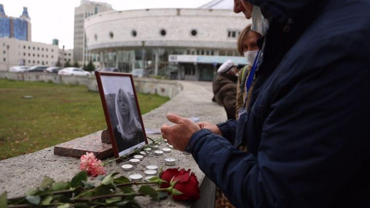 Новосибирцы зажгли свечи в память об Ирине Славиной, которая подожгла себя у здания МВД